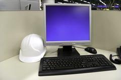 Capacete e computador no escritório Imagens de Stock Royalty Free