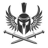 Capacete espartano com espadas cruzadas e as asas isoladas em b branco Imagem de Stock