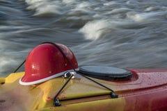Capacete Kayaking na plataforma do caiaque Imagem de Stock