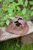 Capacete militar oxidado com um furo nos tempos da segunda guerra mundial imagens de stock royalty free