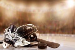 Capacete, patins, vara e disco do hóquei em gelo na pista fotos de stock royalty free