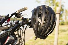 Capacete preto da bicicleta Fotos de Stock Royalty Free
