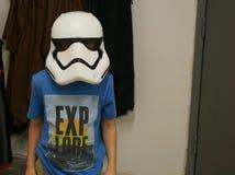 Capacete vestindo do Stormtrooper do menino novo Imagens de Stock