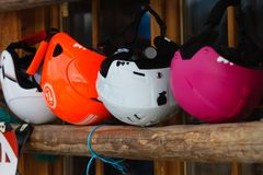 Capacetes coloridos do esqui imagens de stock