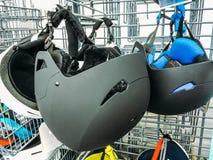 Capacetes da bicicleta na loja do esporte Imagem de Stock Royalty Free