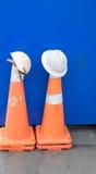 Capacetes de segurança e cones do tráfego Imagens de Stock Royalty Free