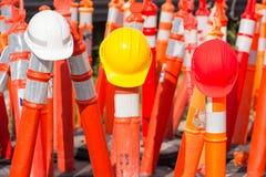 Capacetes de segurança na construção da estrada da estrada Imagens de Stock Royalty Free