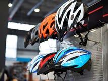 Capacetes protetores modernos do esporte para ciclistas na loja Fotografia de Stock