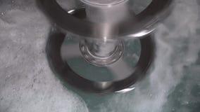 A capacidade com as grandes lâminas para misturar a pintura derrama a água filme