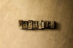 CAPACITÉ - plan rapproché de mot composé par vintage sale sur le contexte en métal Photographie stock