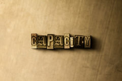 CAPACITEIT - close-up van grungy wijnoogst gezet woord op metaalachtergrond Stock Fotografie