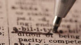 Capaciteit - de Valse woordenboekdefinitie van het woord met potlood onderstreept stock videobeelden
