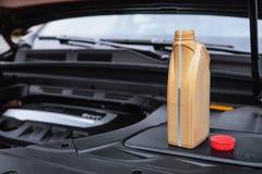 Capaciteit met motorolie dichtbij de motor van een auto stock afbeeldingen