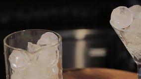 Capaciteit voor een cocktail met ijs bij de bar stock videobeelden