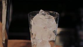 Capaciteit voor een cocktail met ijs bij de bar stock video