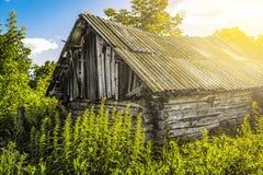 Capanna abbandonata di legno fotografia stock