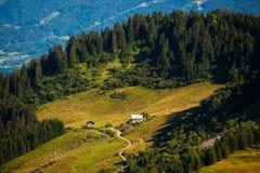 Capanna accogliente in montagne superiori Fotografia Stock