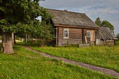 Capanna agricola del ceppo del ` s, casa di legno, cabina costruita con i ceppi Immagine Stock Libera da Diritti
