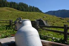 Capanna in alpi tedesche con il bidone di latte Fotografie Stock