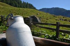 Capanna in alpi tedesche con il bidone di latte Immagine Stock Libera da Diritti