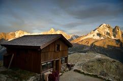 Capanna alpina del rifugio Immagine Stock