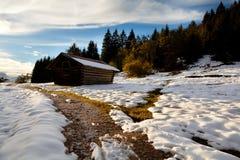 Capanna alpina di legno alla luce di tramonto Fotografia Stock Libera da Diritti