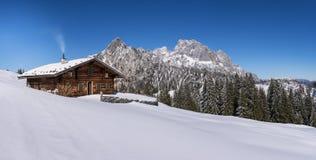 Capanna alpina idilliaca nelle alpi Fotografia Stock Libera da Diritti