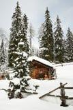 Capanna alpina nell'inverno nelle alpi Paesaggio di inverno in una foresta vicino al lago Antholz Anterselva, Tirolo del sud Fotografie Stock