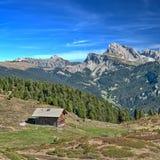Capanna alpina nelle dolomia Immagini Stock