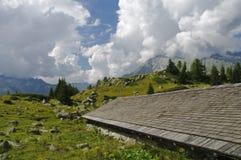 Capanna alpina nelle dolomia italiane Immagine Stock