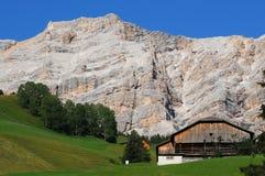 Capanna alpina sotto il della Croce, Alta Badia, dolomia, Italia di Sasso Fotografia Stock Libera da Diritti