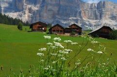 Capanna alpina sotto il della Croce, Alta Badia, dolomia, Italia di Sasso Fotografie Stock