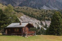 Capanna armata in legno della montagna in dolomia Fotografie Stock