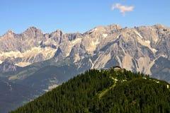 Capanna austriaca con la gamma del moutain di Dachstein dentro dietro fotografia stock libera da diritti