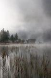 Capanna in autunno-nebbia Fotografia Stock