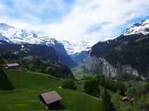 Capanna in cima alla valle svizzera del ghiacciaio Immagini Stock Libere da Diritti