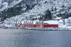 Capanna classica variopinta di pesca di Rorbu del norvegese in Alnes Immagini Stock Libere da Diritti