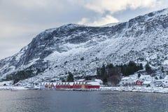 Capanna classica variopinta di pesca di Rorbu del norvegese in Alnes Fotografia Stock