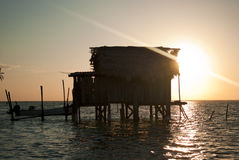 Capanna costiera di pesca ad alba. Immagine Stock Libera da Diritti