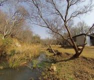Capanna d'acciaio accanto ad un fiume in autunno Fotografia Stock Libera da Diritti