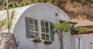 Capanna d'annata di Quonset, costruzione domestica minuscola, casa stagionata del metallo ondulato vecchia, alloggio accessibile  Immagini Stock