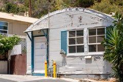 Capanna d'annata di Quonset, costruzione domestica minuscola, casa stagionata del metallo ondulato vecchia, alloggio accessibile  Fotografie Stock Libere da Diritti