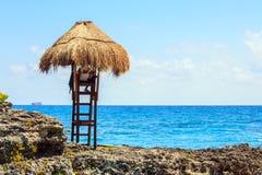 Capanna del bagnino sulla costa messicana Fotografia Stock