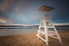 Capanna del bagnino sulla riva del lago Foto lunga di esposizione Fotografia Stock