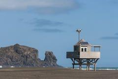 Capanna del bagnino sulla spiaggia di Bethells Immagini Stock