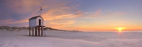 Capanna del rifugio su Terschelling nei Paesi Bassi al tramonto Fotografia Stock