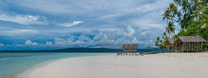 Capanna dell'acqua dell'alloggio presso famiglie sull'isola di Kri Raja Ampat, Indonesia, Papuasia ad ovest Immagine Stock Libera da Diritti