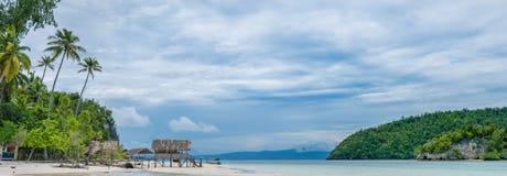 Capanna dell'acqua dell'alloggio presso famiglie sull'isola di Kri Raja Ampat, Indonesia, Papuasia ad ovest Immagini Stock