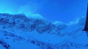 Capanna della montagna in alte montagne di Tatras nell'inverno Slovacchia stock footage