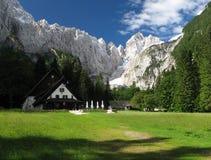 Capanna della montagna dei DOM v Tamarju nelle alpi di Julian Fotografie Stock Libere da Diritti